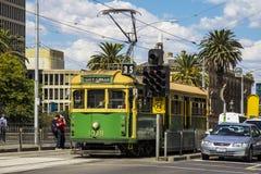 MELBOURNE AUSTRALIEN - FÖRDÄRVA 20TH: En stadscirkelspårvagn väntar på ett s arkivfoto