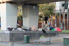 Melbourne, Australien - 6. Juli 2018: Obdachloses Lager unterhalb der Flinders-Straßen-Zug-Linie stockfoto