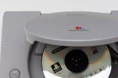 Melbourne Australien - Juli 23rd 2018: Den modiga skivan sitter i original- PlayStation konsol för Sony ` s arkivbild