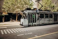 MELBOURNE, AUSTRALIEN - 11. März 2017: Graue Tram, die entlang Stadtzentrum in Melbourne, Australien läuft Stockfoto