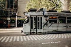 MELBOURNE, AUSTRALIEN - 11. März 2017: Graue Tram, die entlang Stadtzentrum in Melbourne, Australien läuft Lizenzfreie Stockfotografie