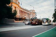 MELBOURNE, AUSTRALIEN - 11. März 2017: Klassische und moderne Tram, die entlang Stadtzentrum in Melbourne, Australien läuft Lizenzfreie Stockbilder