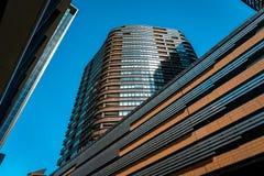 Melbourne, Australien - oben betrachtend zu den Geb?uden Docklandsbezirk in Melbourne stockfoto