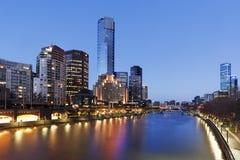 Melbourne Australien på den Yarra flodskymningen Arkivbilder