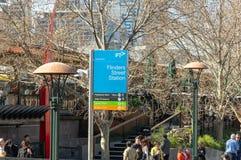 Melbourne Australien - 29th Augusti 2018: Signagen för Flindersgatastation längs den populära flindersen går arkivfoton