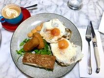 Melbourne-Brunch mit australischem weißem Kaffee lizenzfreies stockfoto