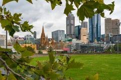 Melbourne CBD, Środkowy dzielnica biznesu widok obramiający jesienią l Obrazy Stock