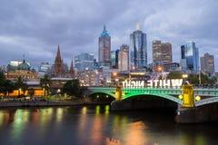 Melbourne CBD och prinsbro under festivalen för vit natt Arkivfoto