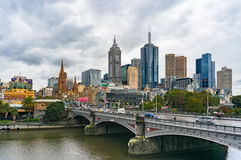 Melbourne CBD widok z historycznym książe mostem nad Yarra rzeką Obraz Stock