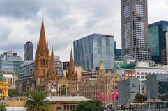 Melbourne CBD widok z St Paul ` s katedralnym budynkiem Fotografia Royalty Free