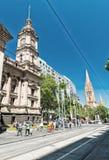 MELBOURNE - 8 DE OCTUBRE DE 2015: Los turistas gozan de las calles de la ciudad En 201 Fotografía de archivo libre de regalías