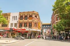 MELBOURNE - 8 DE OCTUBRE DE 2015: Los turistas gozan de las calles de la ciudad En 201 Foto de archivo