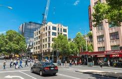 MELBOURNE - 8 DE OCTUBRE DE 2015: Los turistas gozan de las calles de la ciudad En 201 Fotos de archivo