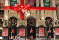 MELBOURNE - December 24: Melbourne stadshus med julgarnering Royaltyfri Fotografi