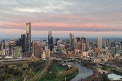 Melbourne an der Dämmerung stockfotos