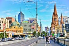 Melbourne horisont längs den Yarra floden i sommar Royaltyfria Bilder