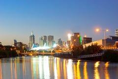 Melbourne horisont och Yarra flod på natten Arkivbilder