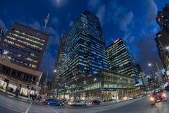 MELBOURNE, l'AUSTRALIA, il 16 agosto 2017 - traffico cittadino in via concentrare del flinder e del bourke fotografie stock