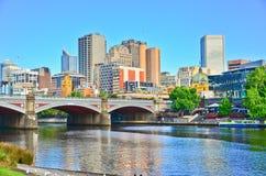 Melbourne linia horyzontu i Yarra rzeka w lecie Obraz Stock