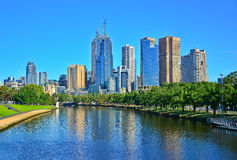 Melbourne linia horyzontu i Yarra rzeka w lecie Zdjęcie Royalty Free