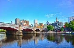 Melbourne linia horyzontu wzdłuż Yarra rzeki w lecie Obraz Stock