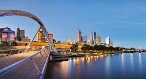 Melbourne no crepúsculo do rio de Yarra