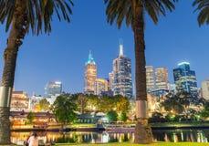 MELBOURNE - OCTOBRE 2015 : Le bel horizon de ville au-dessus de Yarra les déchirent Photo libre de droits