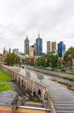 Melbourne pejzaż miejski i St Kilda droga na raainy dniu Zdjęcia Stock