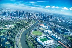 MELBOURNE - 8. SEPTEMBER 2018: Vogelperspektive von Stadtskylinen und -stadien vom Hubschrauber Melbourne zieht 15 Millionen Mens stockbilder