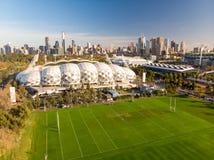 Melbourne-Skyline-Antenne mit AAMI-Park-Stadion Stockbild
