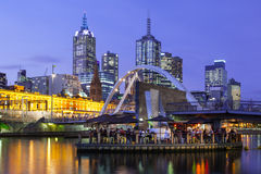 Melbourne-Skyline an der Dämmerung lizenzfreie stockfotos