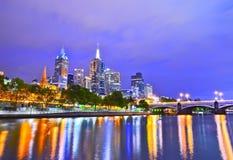Melbourne-Skyline an der Dämmerung stockbild