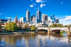 Melbourne-Skyline, die in Richtung der Flinders-Straßen-Station blicken Stockfoto