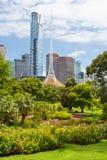 Melbourne-Skyline durch Königin Victoria Gardens stockbilder