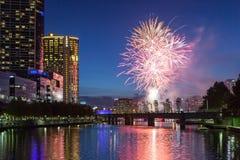 Melbourne-Skyline mit Feuerwerken an der Dämmerung stockbild