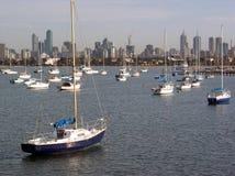 Melbourne-Skyline und Boote stockbild
