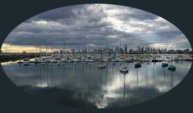 Melbourne-Skyline, wie von StKilda-Pier gesehen Stockbild