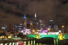 Melbourne skyskrapor, vit natt Royaltyfria Foton