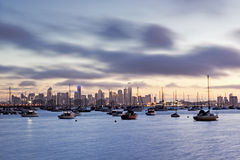 Melbourne soluppgång från Williamstown Arkivbilder