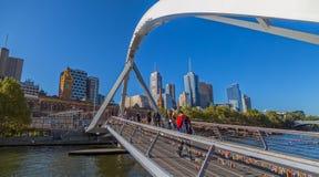 Melbourne som korsar den Southbank spången Royaltyfria Bilder