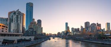 Melbourne am Sonnenuntergang lizenzfreie stockbilder