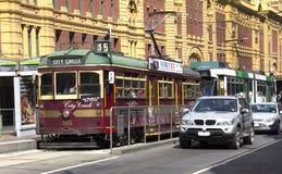 Melbourne spårvagnar/bilar Arkivbild