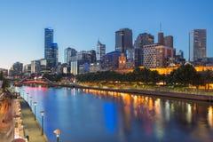 Melbourne stad och den Yarra floden på natten Arkivfoton