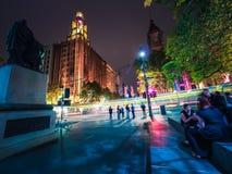 Melbourne stad på natten med en spårvagn som förbi gör strimmig Arkivfoton