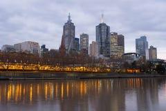 Melbourne stadshorisont från Southbank den tidiga aftonen Royaltyfri Bild