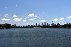 Melbourne stadsskyskrapor som beskådas över Albert Park Lake Royaltyfria Bilder