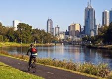 MELBOURNE-STADT-SKYLINE VON YARRA-FLUSS lizenzfreies stockfoto