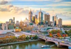 Melbourne-Stadtskyline in der Dämmerung stockbilder