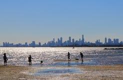 Melbourne strandcityscape Australien Arkivfoto