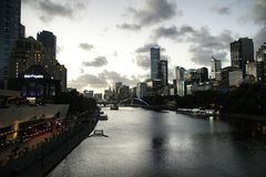 Melbourne sur le crépuscule photo stock